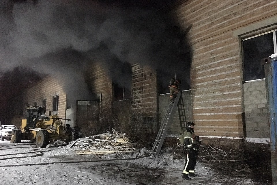 Пожар на улице Трактовая в Иркутске  из горящего склада спасли одного  человека eaf73ab89ed