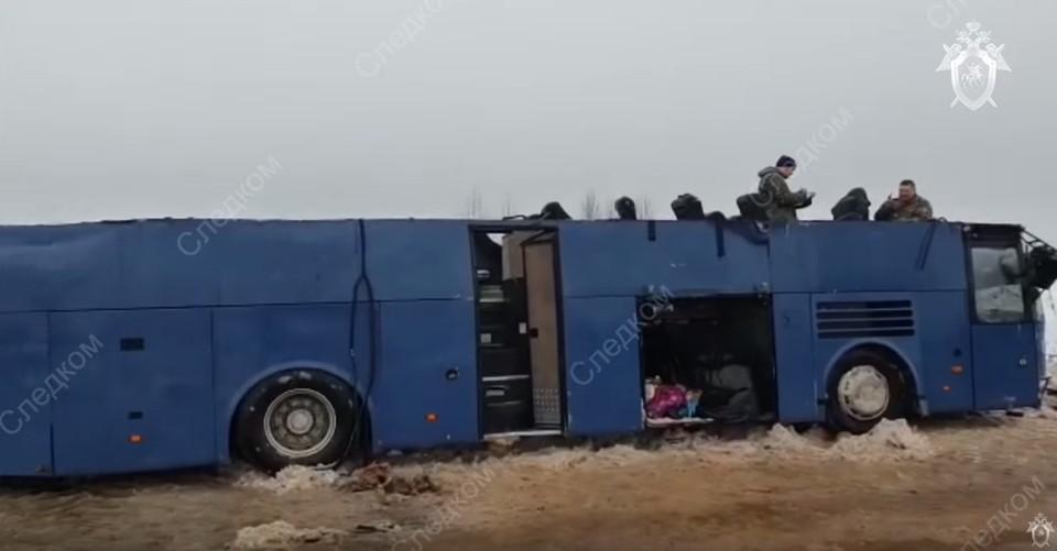 Для извлечения пострадавших спасателям пришлось разрезать автобус