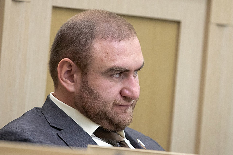 Рауфа Арашукова, одного из самых молодых сенаторов, задержали прямо в зале заседаний Совета Федерации