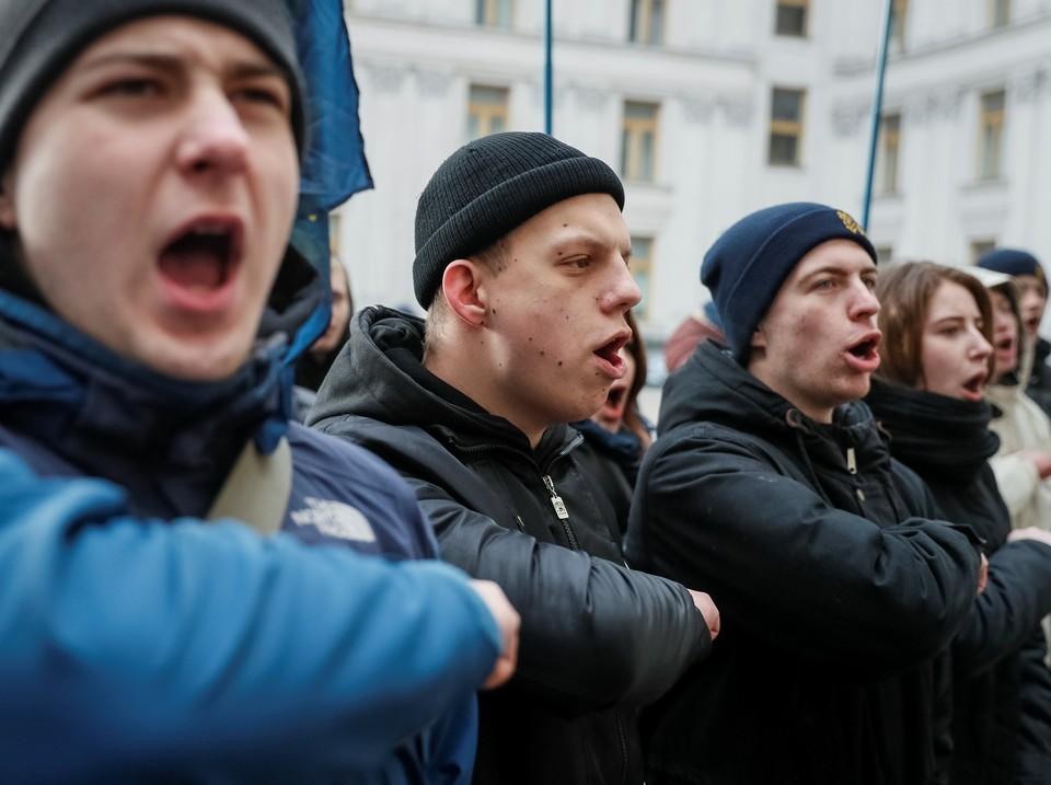 """В полиции пообещали наказать сотрудника, """"оскорбившего"""" радикалов"""