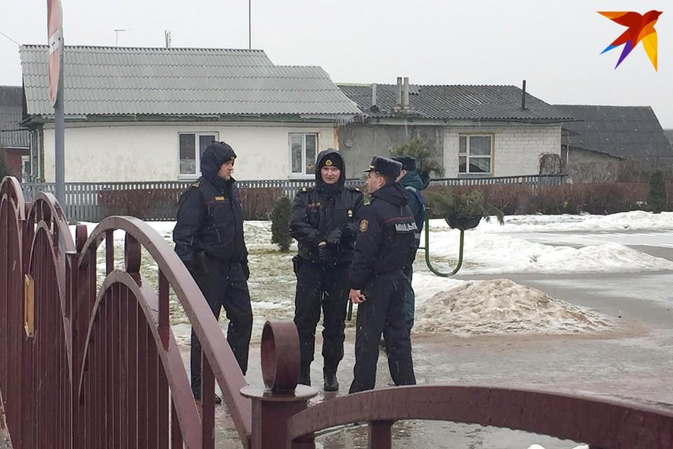 На месте ЧП работают сотрудники милиции.