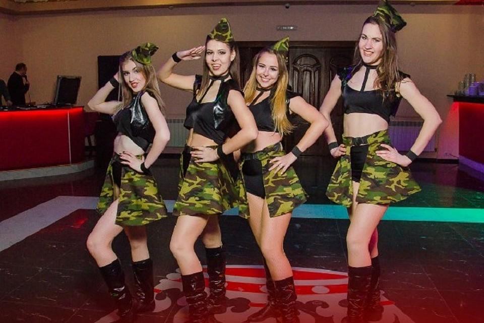 Дамы вызвали к себе домой молодых стриптиз ров online