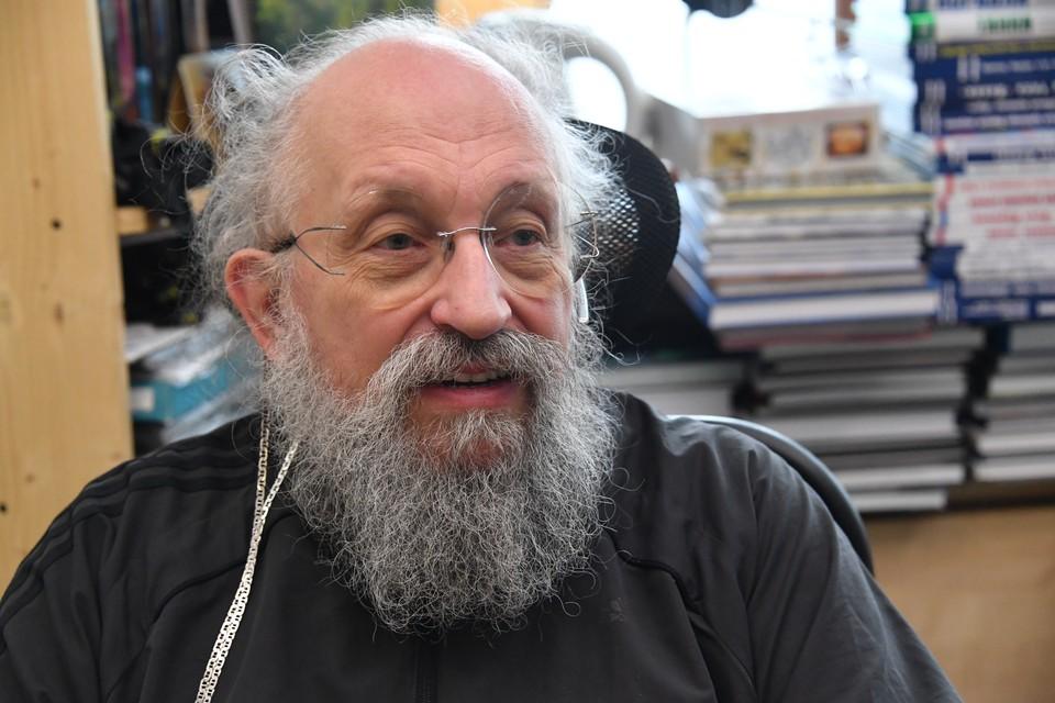 Писатель, телеведущий Анатолий Вассерман у себя дома.