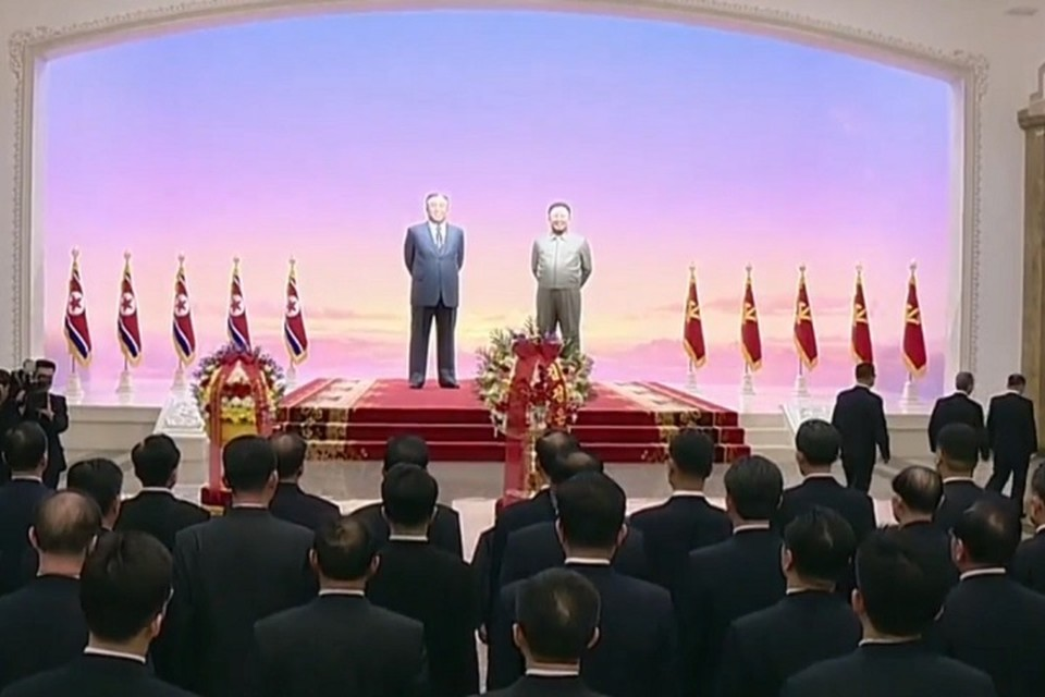 Лидер КНДР Ким Чен Ын почтил память своего отца, возложив цветы у статуй Ким Чен Ира и основателя республики Ким Ир Сена