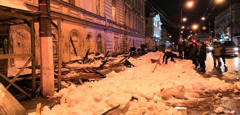 Трое пострадавших: Деревянный навес под тяжестью снега обрушился ...