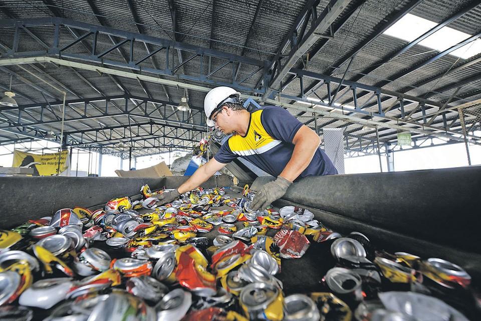 По словам чиновника, в скором времени бизнес начнет охоту за мусором, потому что перерабатывать его будет выгодно. А заплатят за это, как обычно, россияне.