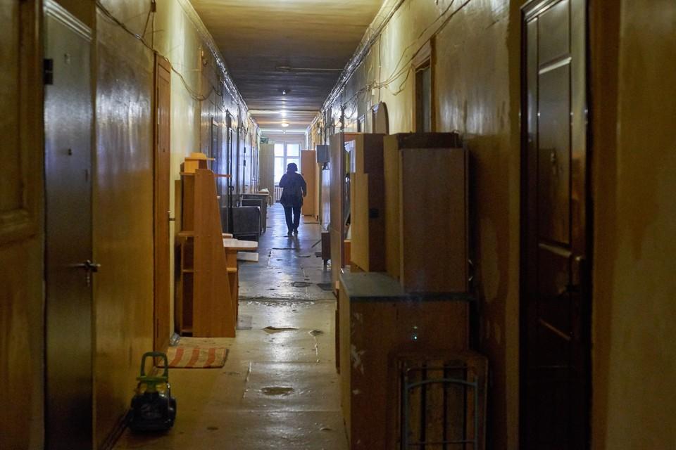 Вещи хранятся в коридоре, так как в комнатах элементарно не хватает места.
