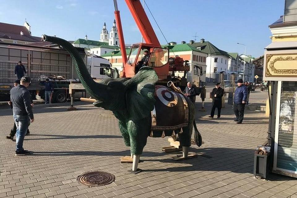 Скульптуру семиметрового слона Сальвадора Дали установили на ул. Зыбицкой. Фото: minsknews.by