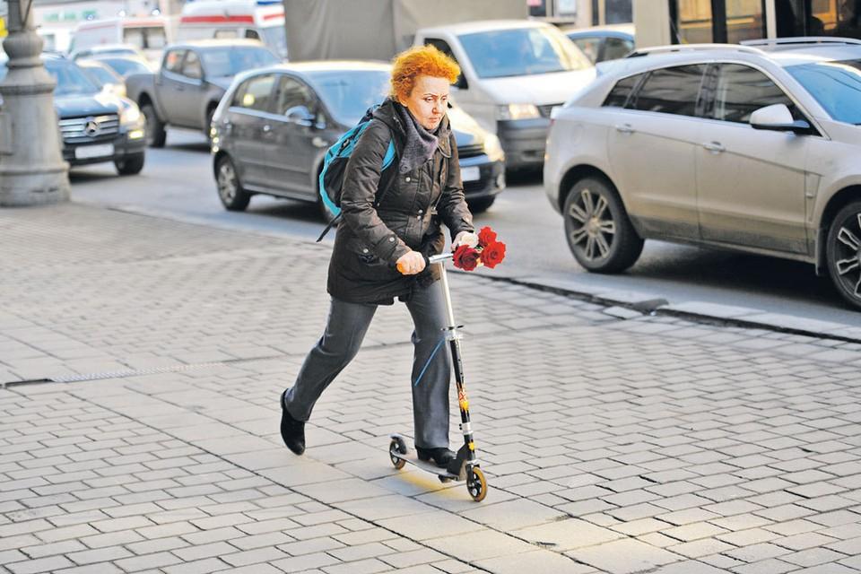Порой добраться до места пешком или на самокате быстрее, чем на машине.