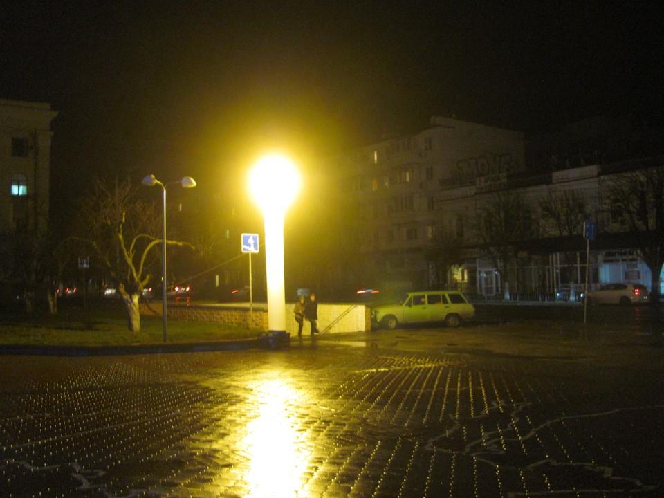 Фонари на улицах заменяли такие светящиеся вышки от МЧС. Симферополь. Декабрь 2015 года.