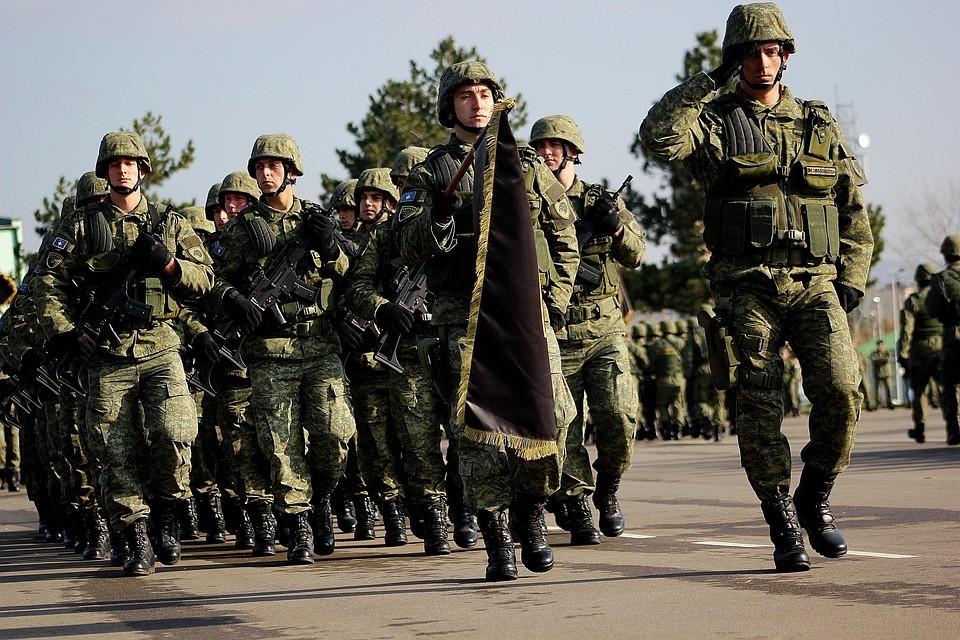 Военнослужащие косовской армии на параде в Приштине.