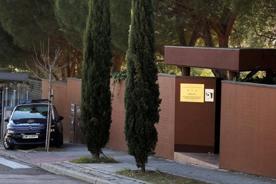 Машина испанской полиции дежурит у входа в посольство Северной Кореи в Мадриде