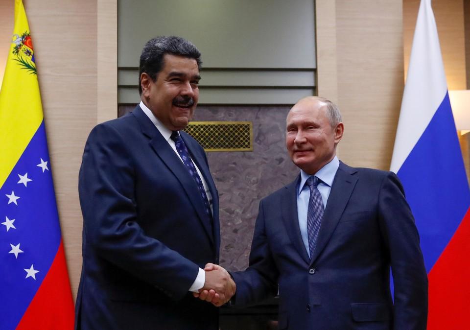 Президент России Владимир Путин (справа) со своим венесуэльским коллегой Николасом Мадуро