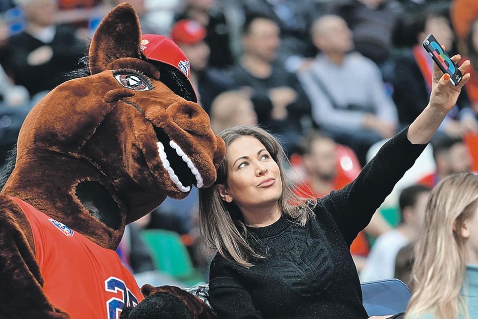 Конь - символ ЦСКА - выходит на поле перед каждым матчем. Фото: Елена НИКИТЧЕНКО/TASS