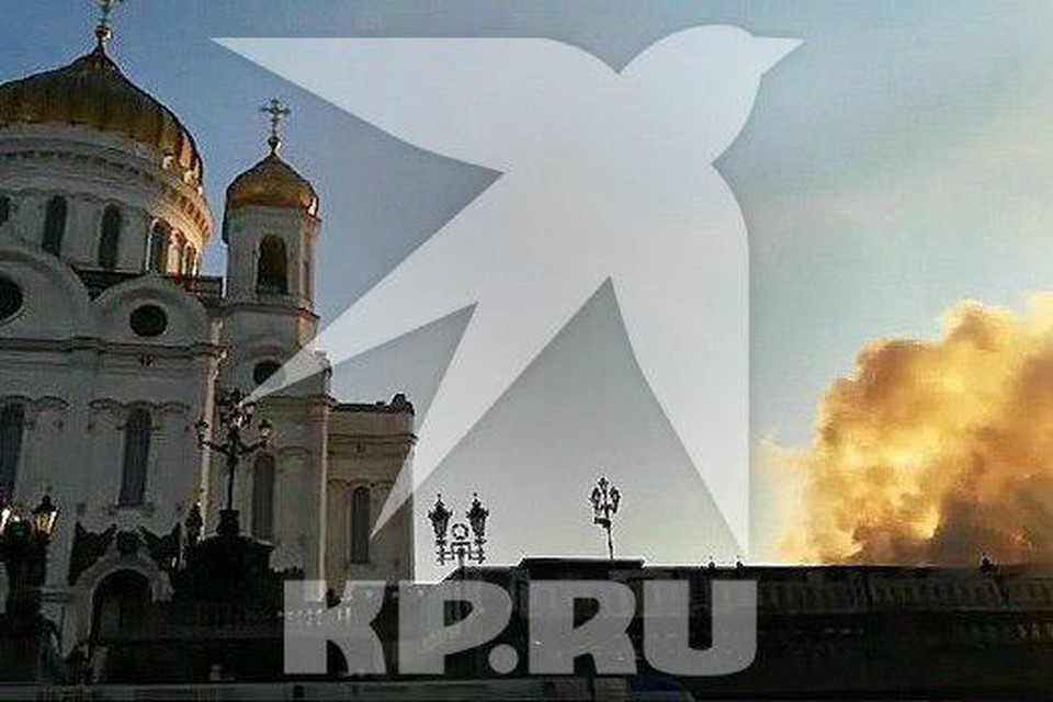 Пожар на территории храма Христа Спасителя. Фото очевидцев