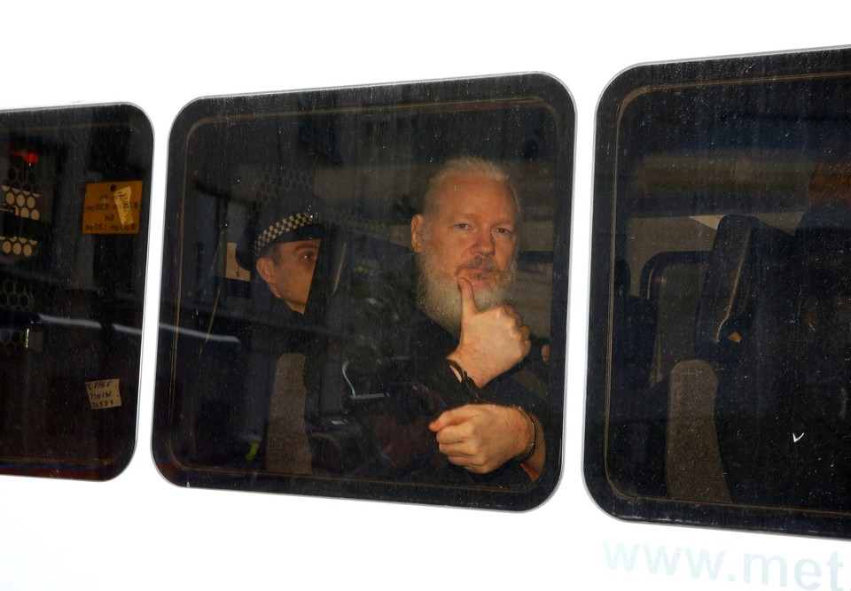 "Эквадор ""сдал"" Джулиана Ассанжа и арестовал его соратника"