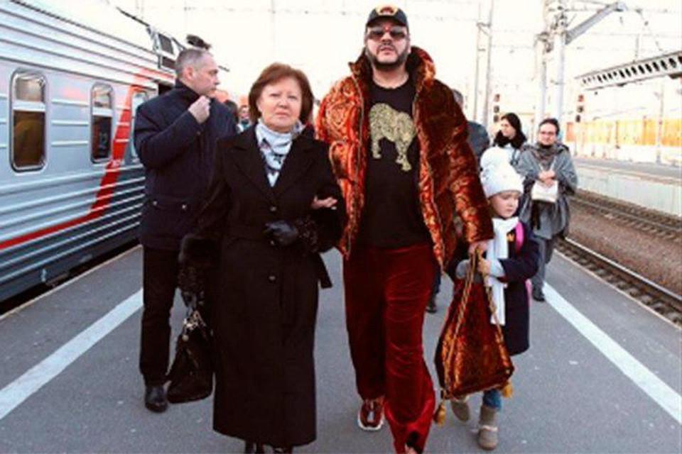 Несмотря на раннее утро, толпы поклонников и директор БКЗ Октябрьский Эмма Лавринович приехали встречать Филиппа Киркорова.
