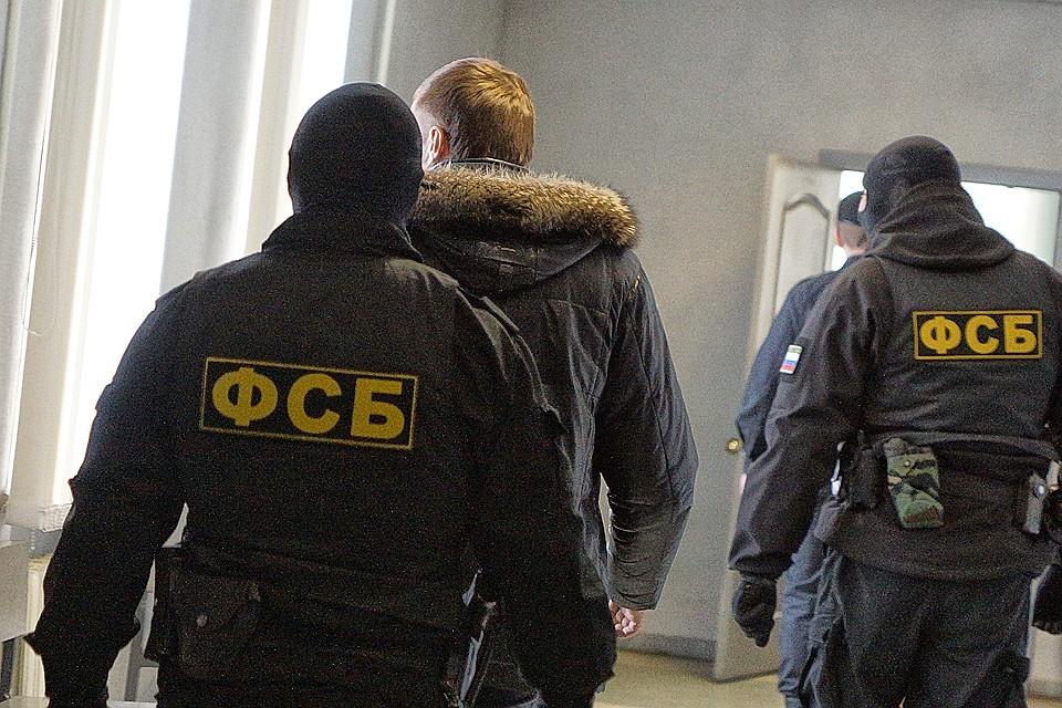 Следователи ФСБ шантажировали семью экс-руководителя «Известий» Эраста Галумова.