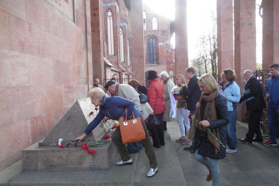 На возложение цветов к могиле Канта в его день рождения с каждым годом приходит все больше людей.