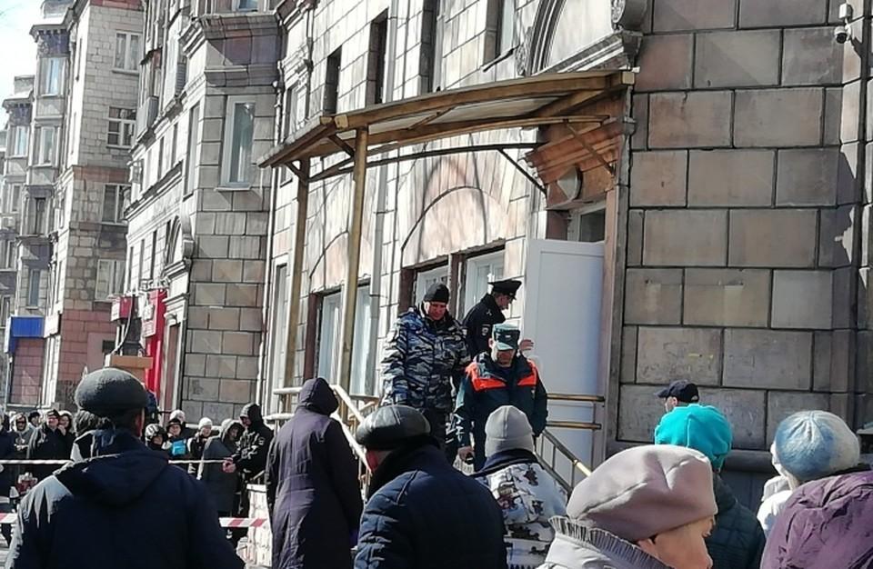 Одну из новокузнецких поликлиник эвакуировали из-за подозрительного предмета. ФОТО: Сергей Безруков.