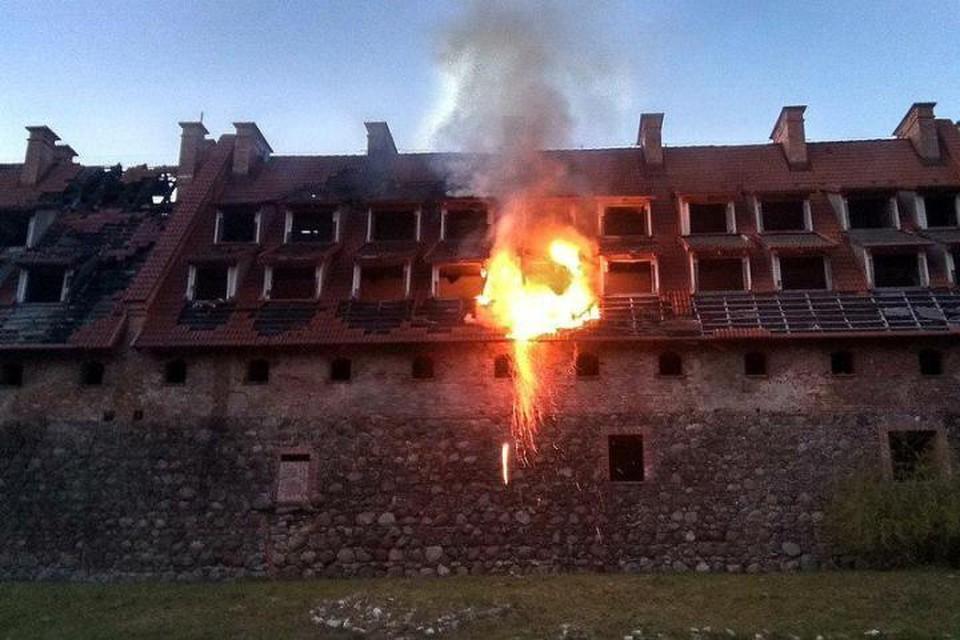 """Форбург замка загорелся в субботу вечером. В результате уничтожено 70 квадратных метров кровли. Фото из группы """"Багратионовск.инфо""""."""