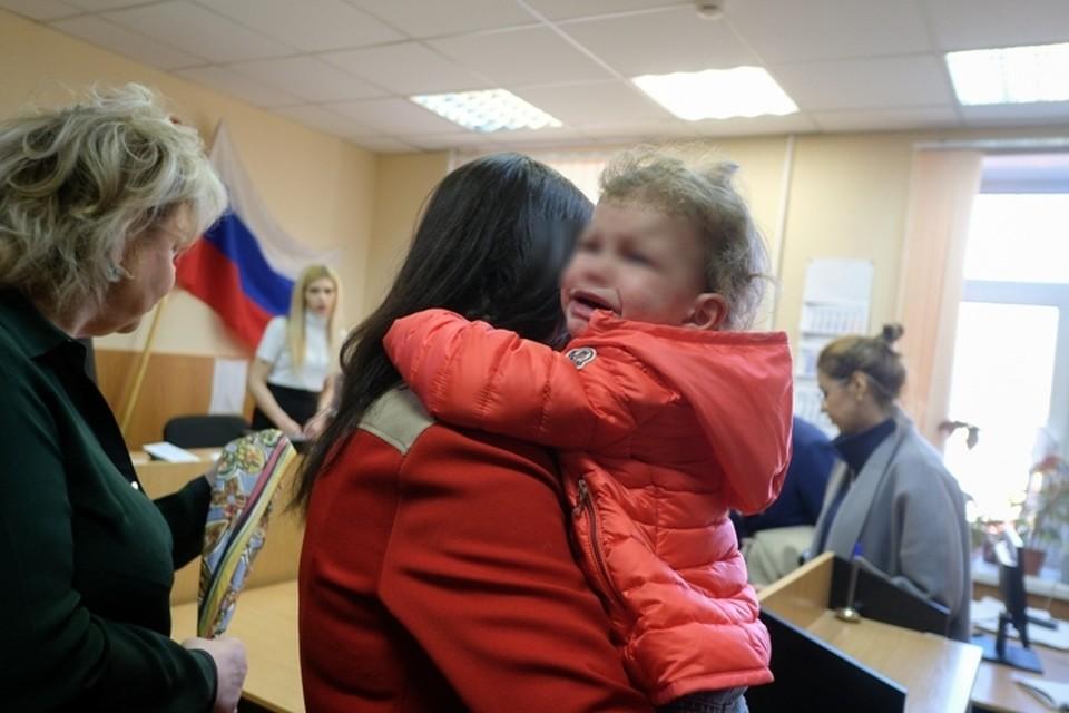 Казьмина приехала в суд с ребенком потому что у нее нет денег на няню.