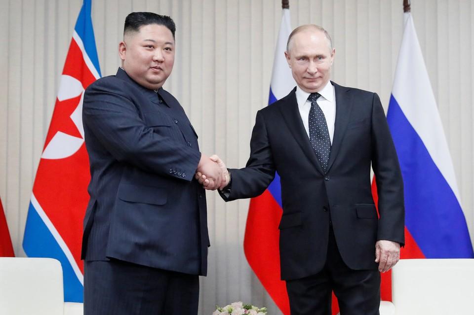 Президент РФ Владимир Путин (справа) и лидер КНДР Ким Чен Ын
