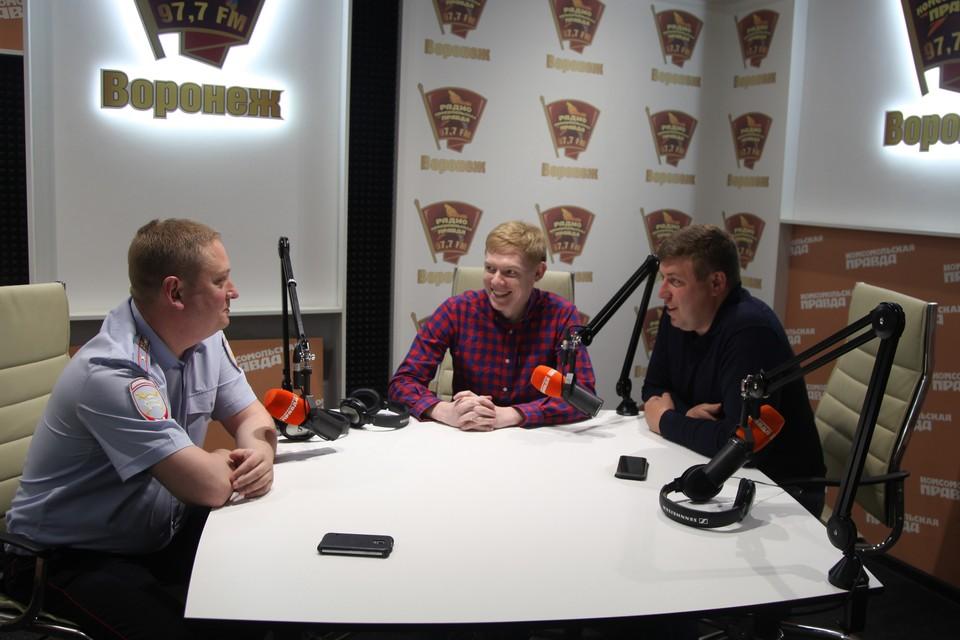 """Гости - Владимир Чибисов (слева) и Алексей Филимонов (справа) в студии радио """"КП""""."""