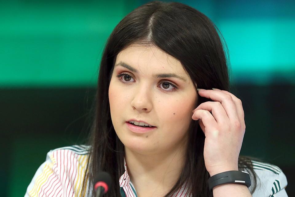 Александра Иванова (Варвара Караулова) во время пресс-конференции. Фото Сергей Савостьянов/ТАСС
