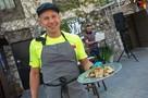 Митя Фомин приготовил бычьи яйца в севастопольском ресторане и пригласил всех в Херсонес