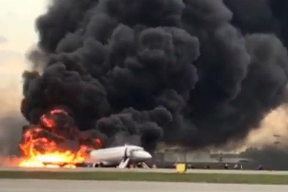 Самолет уже почти весь охвачен пламенем, люди спрыгивают по надувному трапу. Фото: скриншот видео