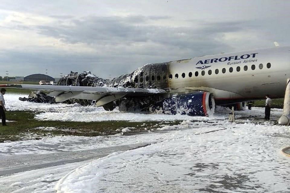 В результате пожара полностью выгорела половина самолета