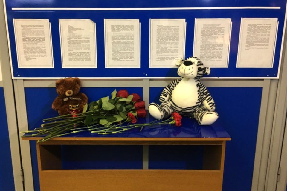 В аэропорту Мурманска к стойке информации несут цветы и игрушки.