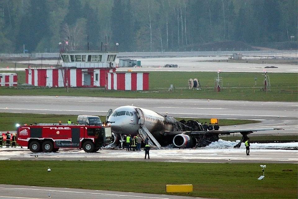 Эксперты сейчас рассматривают несколько версий пожара на самолете, летевшем из Москвы в Мурманск.