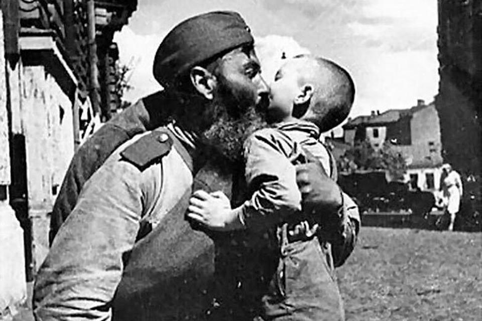 Знаменитая архивная фотография, на которой запечатлено, как сын встречает отца-фронтовика в 1945 году.