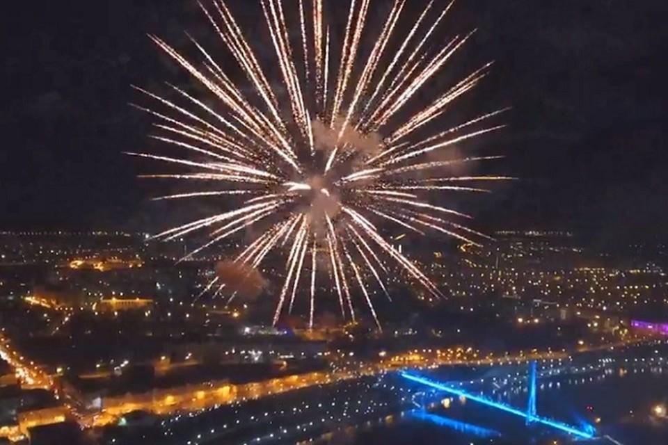 День Победы-2019 в Тюмени завершился красочным салютом. Фото: скриншот