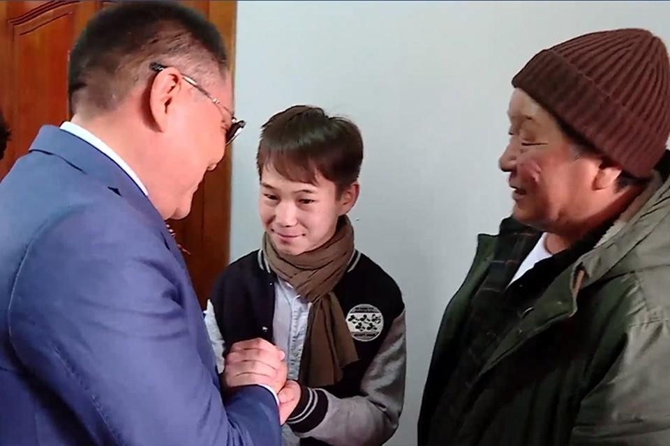 Шолбан Кара-оол пожелал мальчику удачи. Фото: стоп-кадр видео с личной страницы Шолбана Кара-оола.