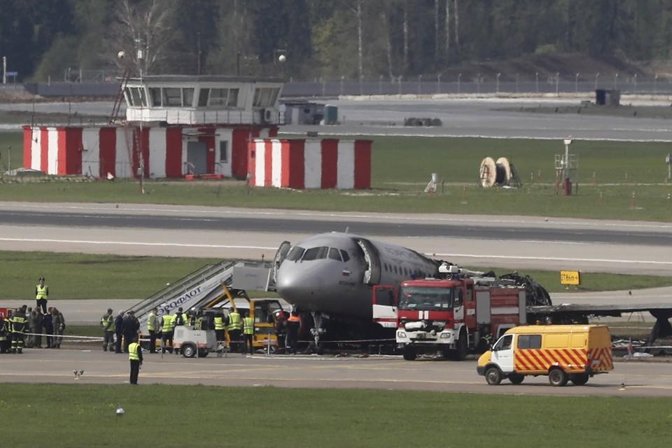 Следователи установили, какие события привели к возгоранию самолета Sukhoi Superjet 100 (SSJ 100) при посадке в Шереметьево и гибели 41 человека. Фото: MAXIM SHIPENKOV/EPA/ТАСС