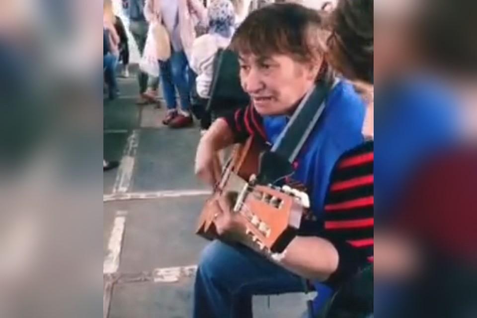 Растрогала соцсети: кондуктор трамвая из Иркутска спела песню, поразившую пассажиров. Фото: скрин видео Сводка38.