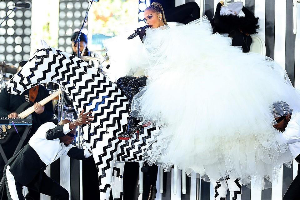 1c23495b054 Платье от Valentino и торт за  50 тысяч  стали известны подробности свадьбы  Дженнифер Лопес на Багамах