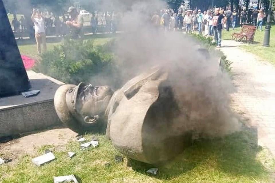 В Харькове националисты снесли бюст маршала Жукова. Фото: facebook.com/kattyfun1