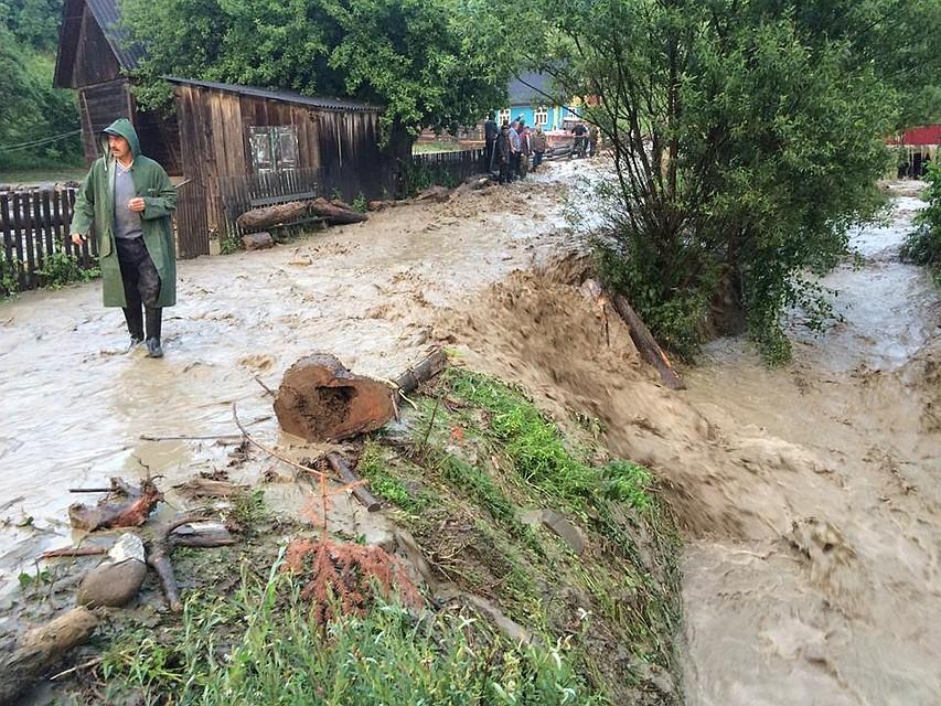 Друзья молдавского селянина, погибшего в дождевом потоке: Сверху неслась тонна воды и грязи, мы даже не пытались спасти его!