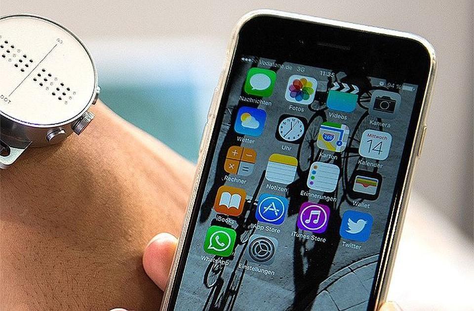 Вирус попадает в смартфон вместе с программным обеспечением и обновлениями