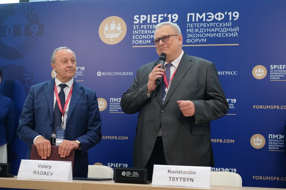 Константин Цицин (на фото справа) напомнил, что за 11 лет действия программы переселения из аварийного жилья новыми квартирами обзавелись больше миллиона россиян, что соответствует населению Кипра.