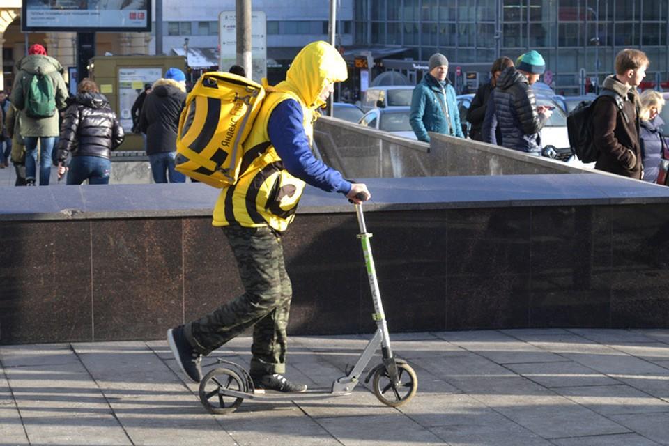 Люди с яркими коробами заполонили улицы российских городов