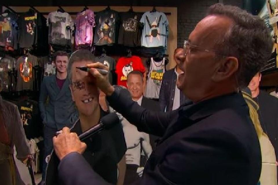 Том Хэнкс на спор ограбил сувенирный магазин. Фото: скрин с видео