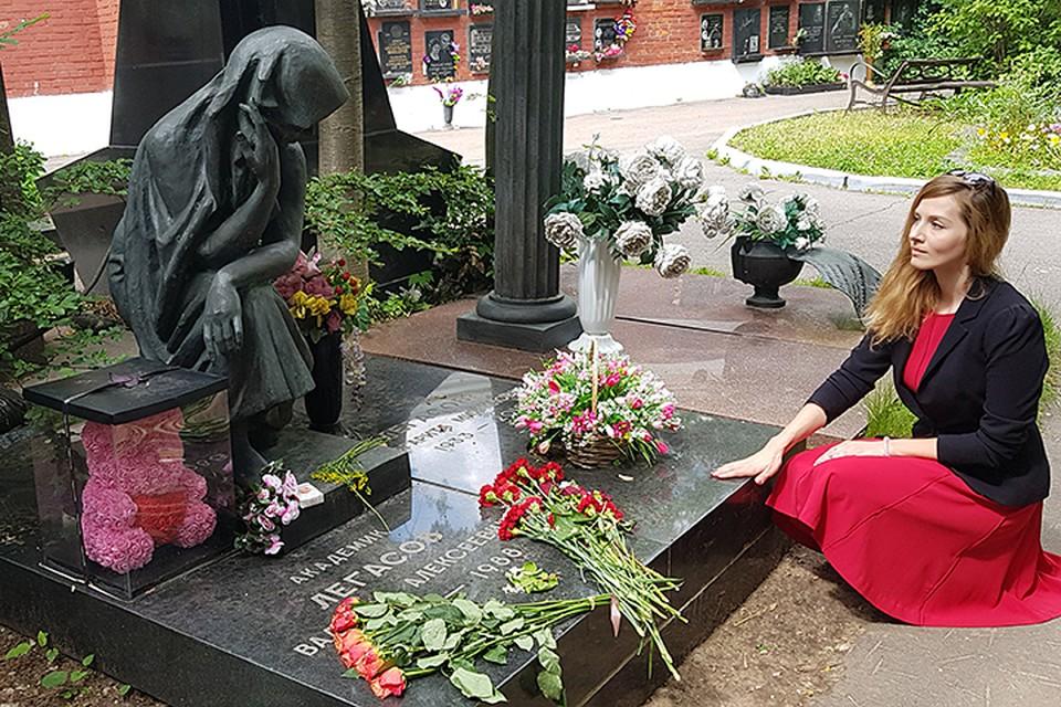 По словам сотрудников кладбища, ежедневно могилой Легасова интересуются от 100 до 200 человек
