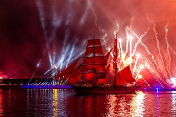 Петербуржцам рассказали, откуда лучше всего смотреть на проход брига и праздничный салют на «Алых парусах»