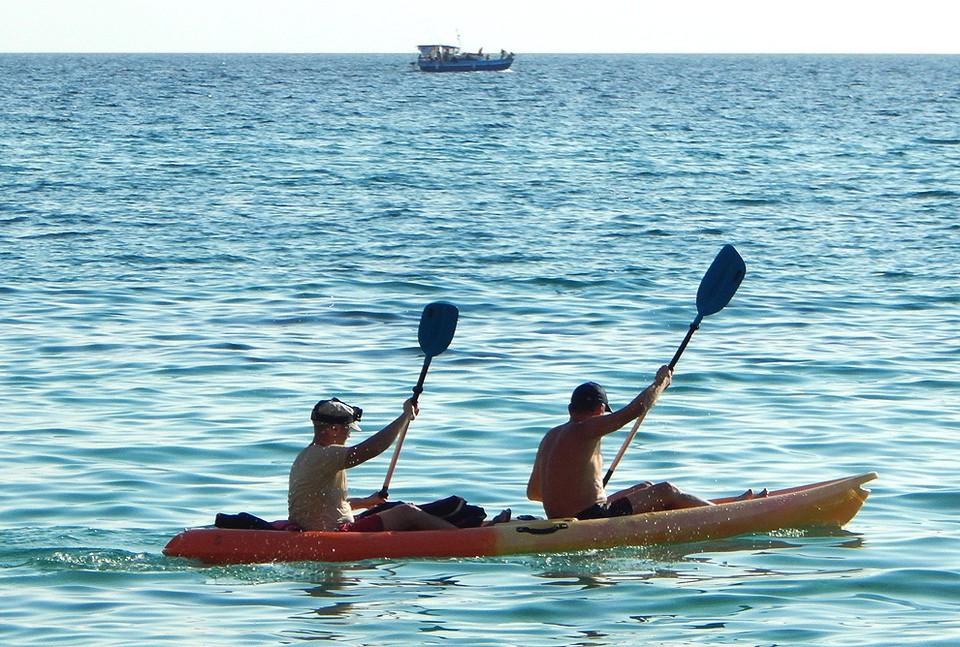 Отдыхающие на яхте у мыса Фиолент, Севастополь.