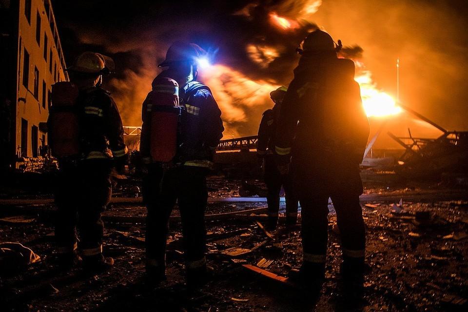 Экстренные службы ликвидируют последствия взрыва.